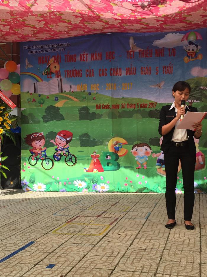 Cô Đặng Thị Nghĩa - Phó hiệu trưởng nhà trường thông qua danh sách những cháu hoàn thành chương trình PCGD trẻ 5 tuổi.