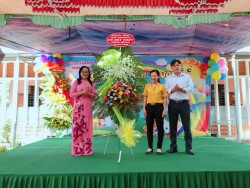 Đảng ủy, HĐND, UBND, UBMTTQ Việt Nam tặng lẵng hoa cho Trường nhân ngày Hội bé đến trường