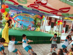 Bé tham gia chơi các trò chơi dân gian trong Ngày Hội bé đến trường