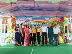 Đại biểu về dự lễ khai giảng chụp hình lưu niệm cùng BGH nhà Trường